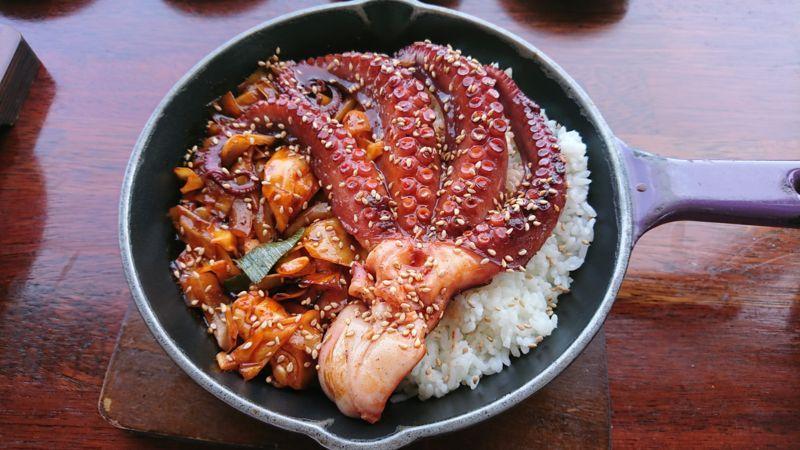 「済州島の海が見えるお洒落レストラン「Bengdi(ベンディ)」で食べる石タコ丼」のアイキャッチ画像