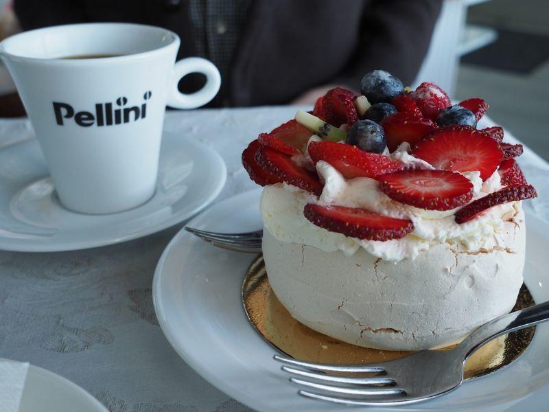 「タリンのカフェで食べた苺たっぷりのパブロバ」のアイキャッチ画像