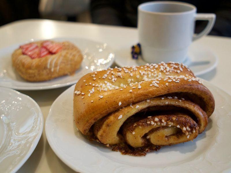 「カール ファッツェル カフェで念願のシナモンロール【Karl Fazer Café】」のアイキャッチ画像