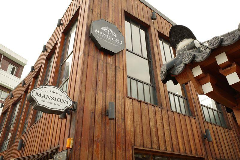 「韓国大邱にある韓屋をリノベしたお洒落カフェ【MANSION5(맨션5)】」のアイキャッチ画像