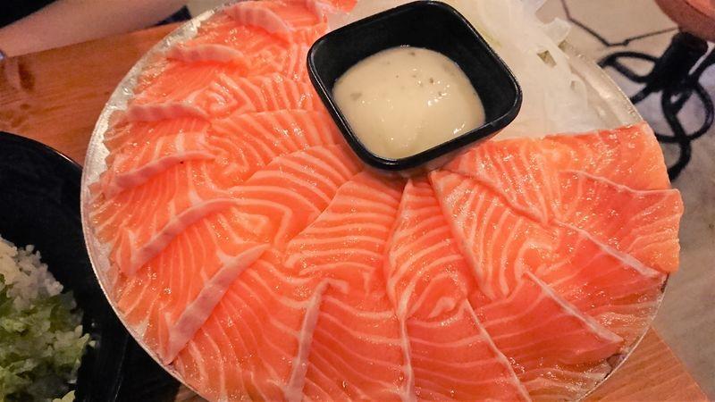 「【韓国グルメ】ヨノサンフェでサーモンとユッケビビンバが食べ放題(行ったのはセウサンフェ)」のアイキャッチ画像