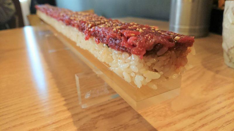 「韓国ソウルで食べた55cmの韓牛ユッケ寿司とチーズトッカルビが超絶おすすめ【コヨナム(고요남)】」のアイキャッチ画像