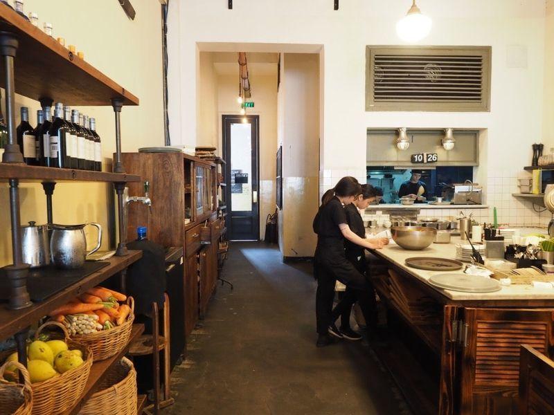 「ホーチミンで素泊まり?美味しい朝食を食べるならドンコイ通りのカフェ「L'USINE」がおすすめ!」のアイキャッチ画像