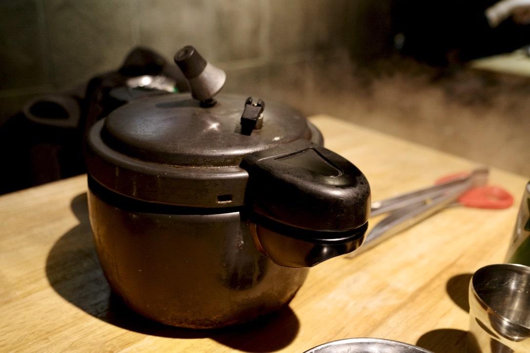 「弘大でアウトドア気分が楽しめる圧力鍋料理のお店【50g(オシックレム)】」のアイキャッチ画像