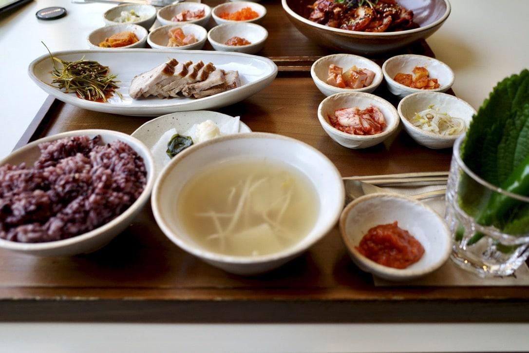 「韓国ホンデで定食が楽しめるお店【舞月食卓(ムウォルシクタク)】」のアイキャッチ画像